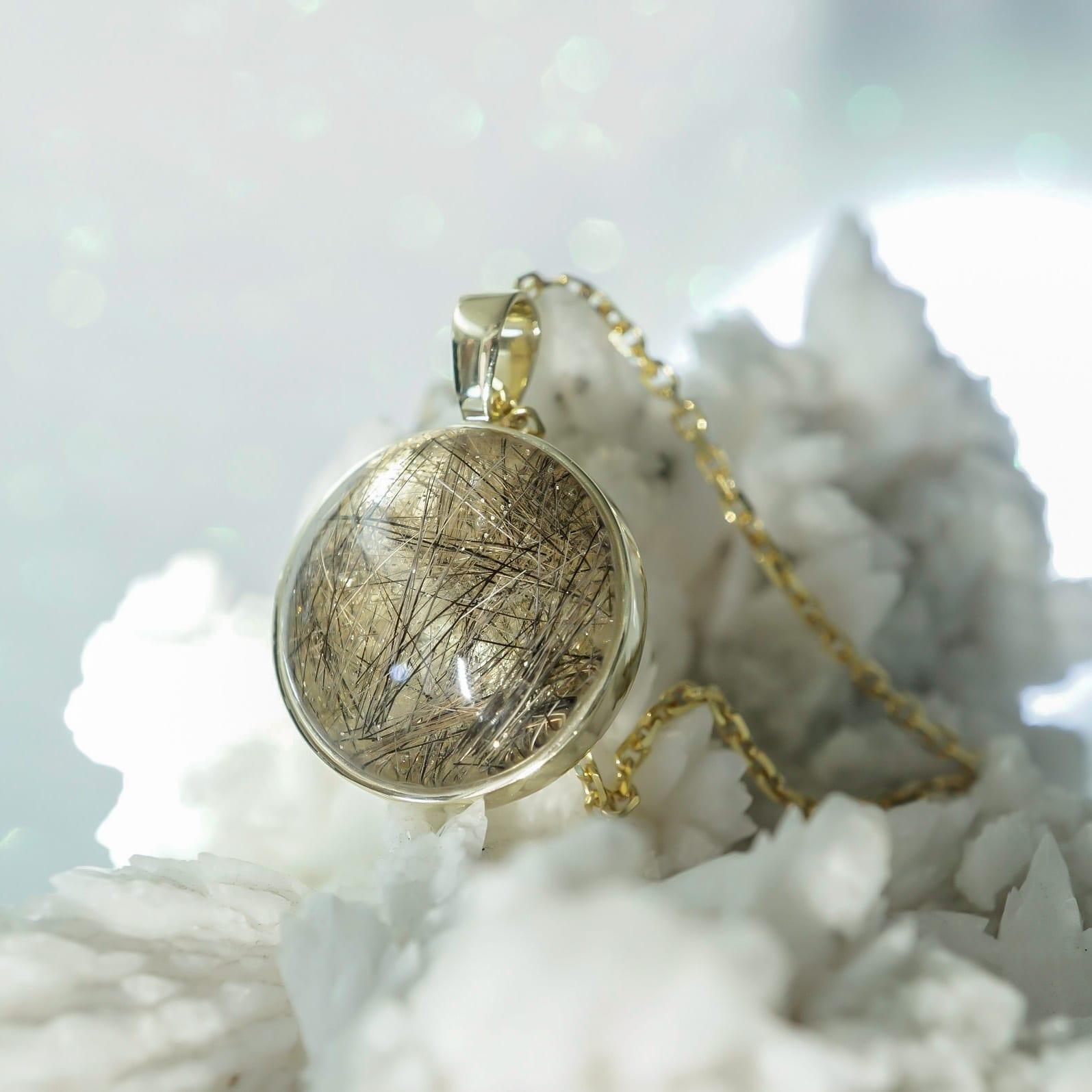 Tierhaar-Medaillon in Massiv Gold gefasst